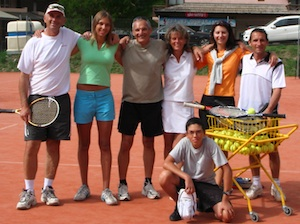 photo d'un groupe de stagiaires de tennis intensif pour adultes